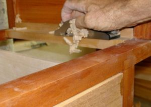 Planing the bottom of the drawer runner
